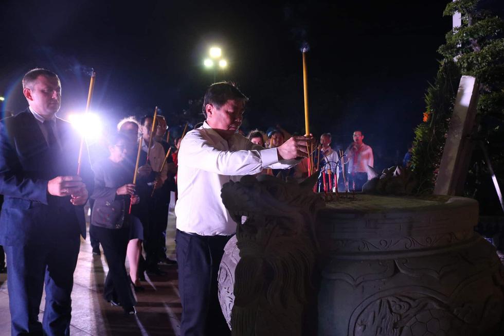 Hàng ngàn ngọn nến tri ân thắp sáng nghĩa trang liệt sĩ TP.HCM - Ảnh 7.