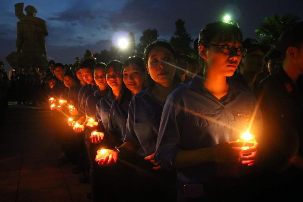 Hàng ngàn ngọn nến tri ân thắp sáng nghĩa trang liệt sĩ TP.HCM - Ảnh 2.