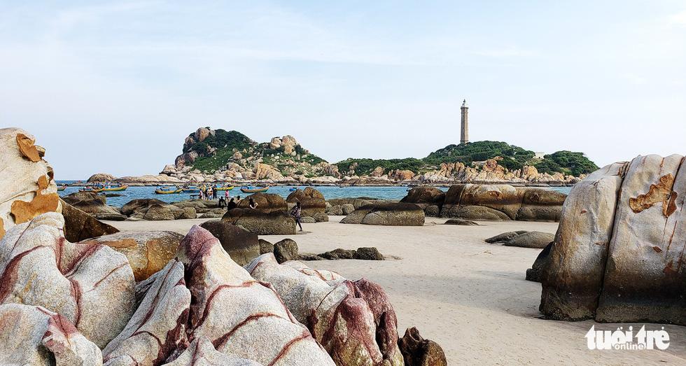 Lội biển qua đảo Kê Gà ở Hàm Thuận Nam - Ảnh 2.