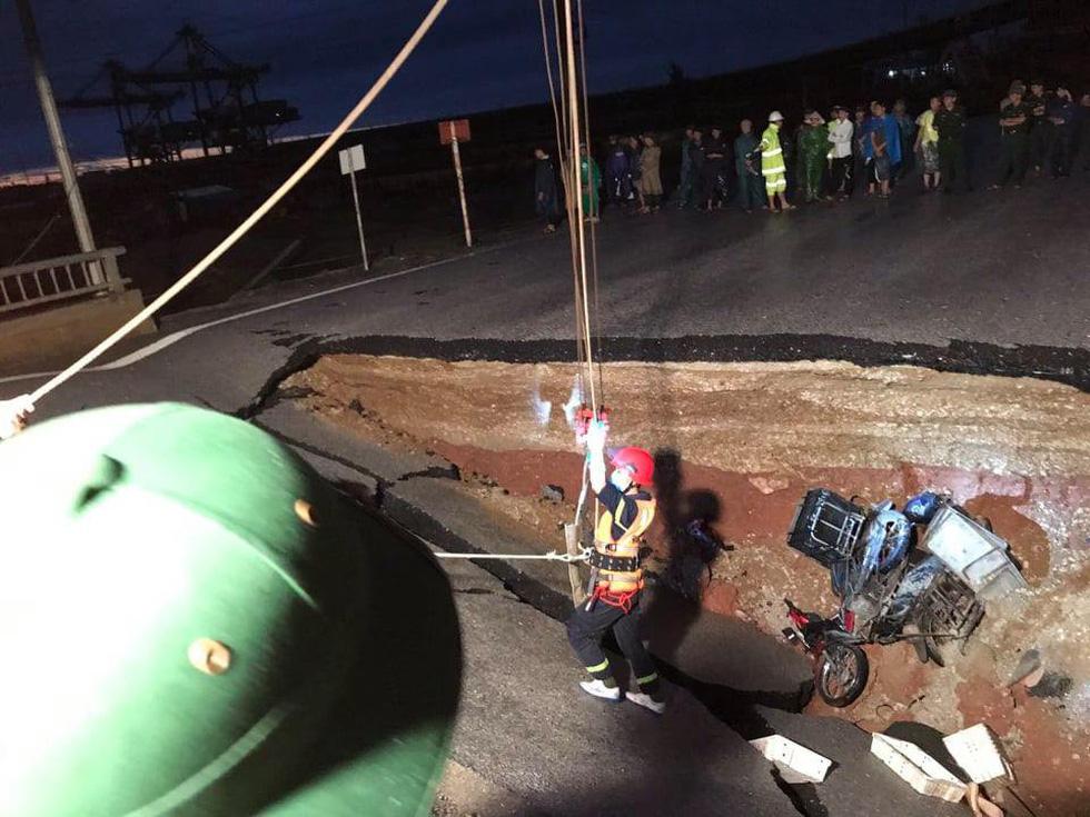 Bão đã đổ bộ gây sụt lở đường, khiến 2 người chết ở Thanh Hóa - Ảnh 1.