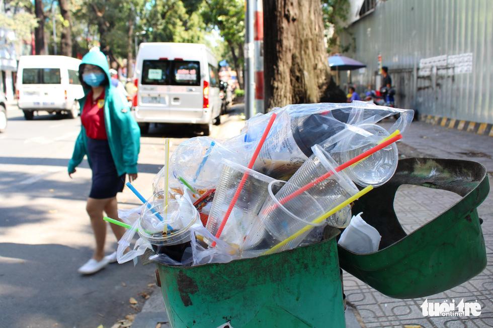 Ăn uống trong nhựa và sống với... rác thải nhựa - Ảnh 1.