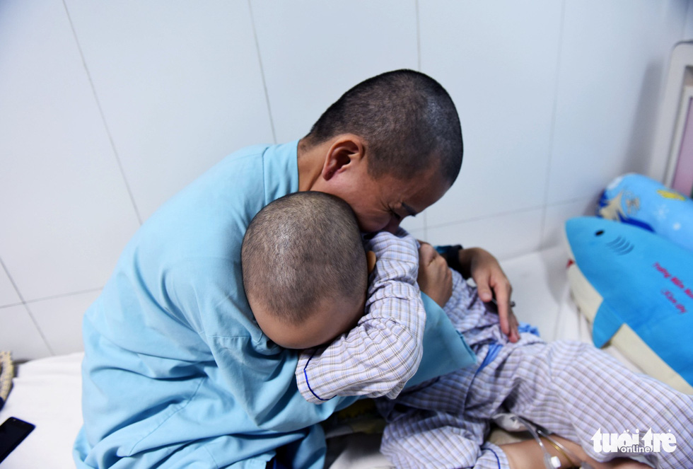 Người mẹ cạo đầu để cùng con chống chọi với ung thư - Ảnh 4.