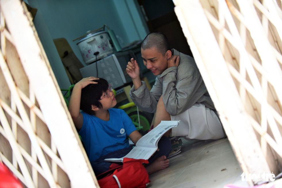 Người mẹ cạo đầu để cùng con chống chọi với ung thư - Ảnh 9.