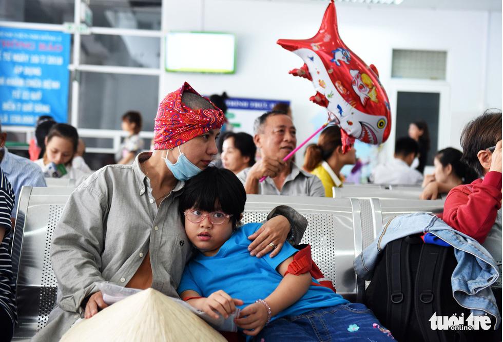 Người mẹ cạo đầu để cùng con chống chọi với ung thư - Ảnh 5.