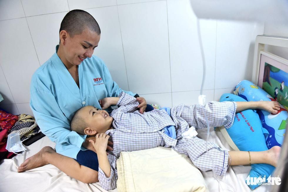 Người mẹ cạo đầu để cùng con chống chọi với ung thư - Ảnh 1.
