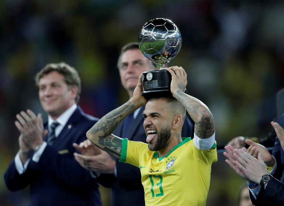 Tuyển Brazil tưng bừng mừng ngôi vương ở Copa America 2019 - Ảnh 8.