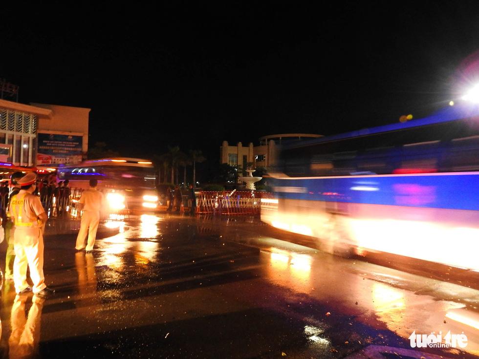 Dẫn độ gần 400 nghi phạm người Trung Quốc về nước bằng đường bộ - Ảnh 4.