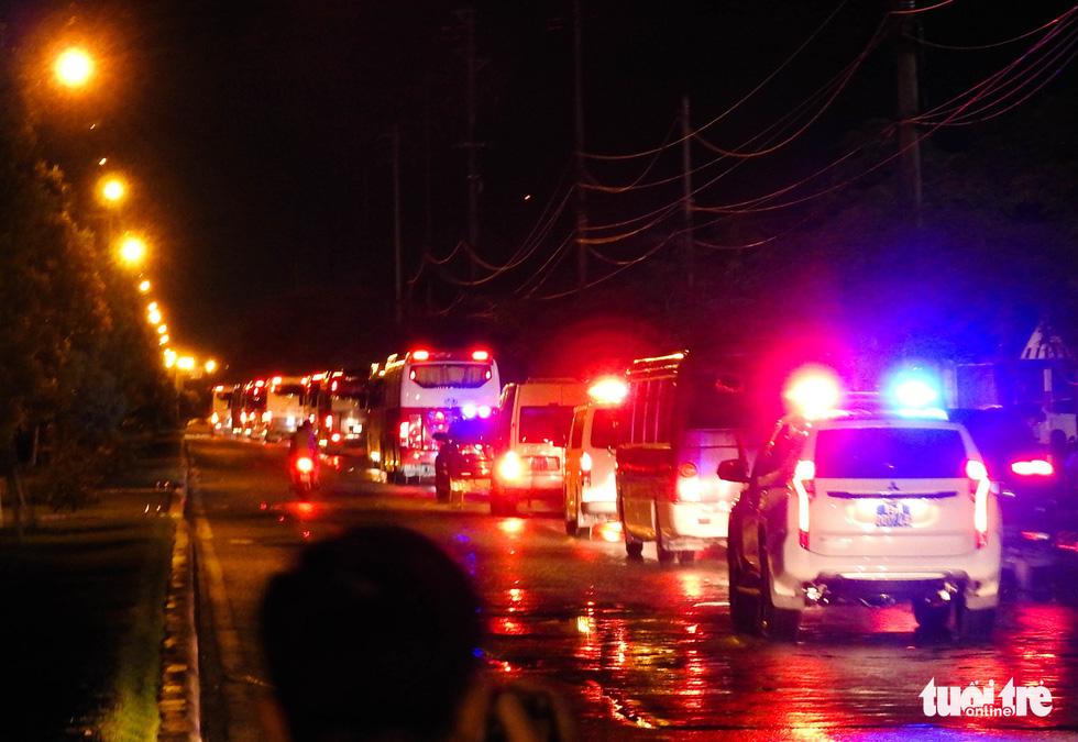Dẫn độ gần 400 nghi phạm người Trung Quốc về nước bằng đường bộ - Ảnh 1.