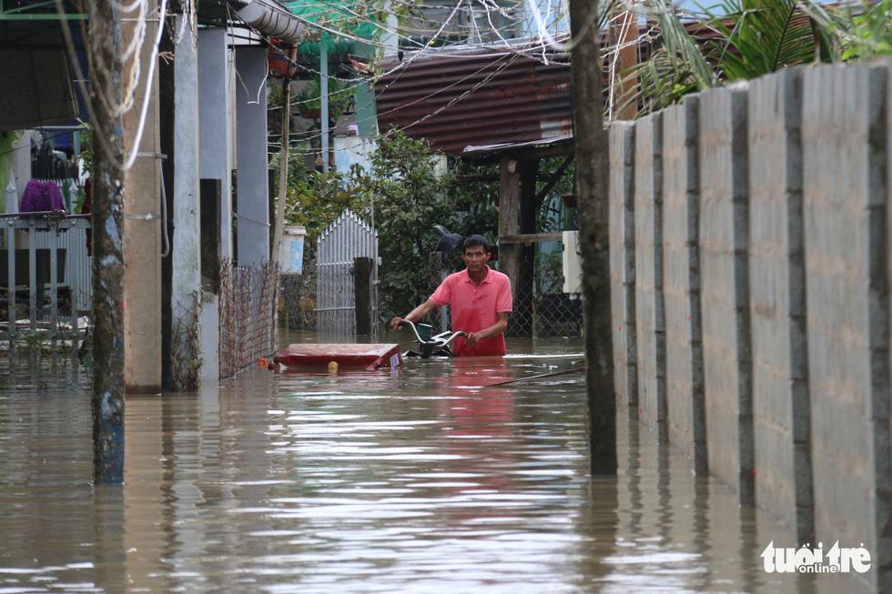 Phú Quốc nhiều nơi vẫn ngập sâu gần 2m dù mưa đã ngớt - Ảnh 6.