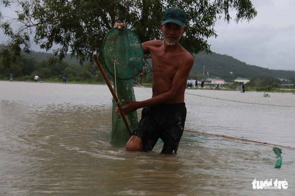 Phú Quốc nhiều nơi vẫn ngập sâu gần 2m dù mưa đã ngớt - Ảnh 9.
