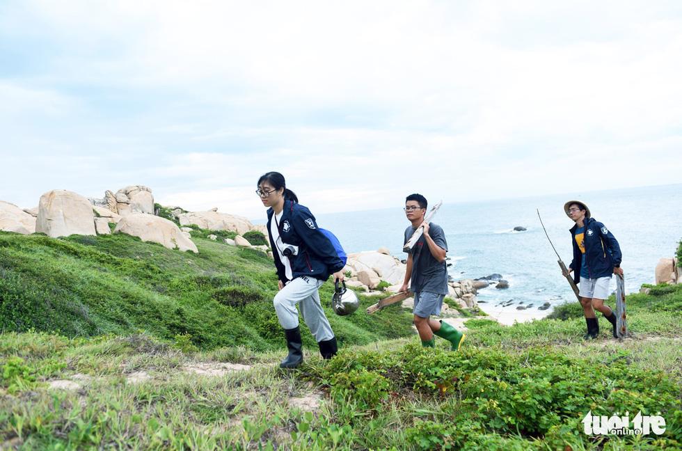 Người trẻ tình nguyện ra chăm chút từng góc đảo Hòn Cau - Ảnh 8.