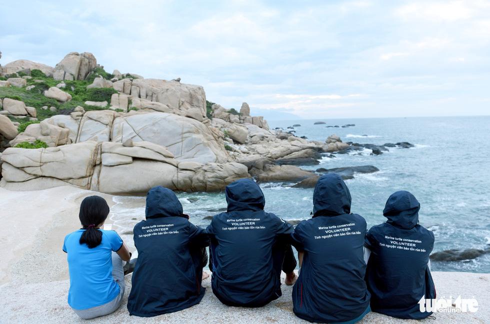 Người trẻ tình nguyện ra chăm chút từng góc đảo Hòn Cau - Ảnh 13.