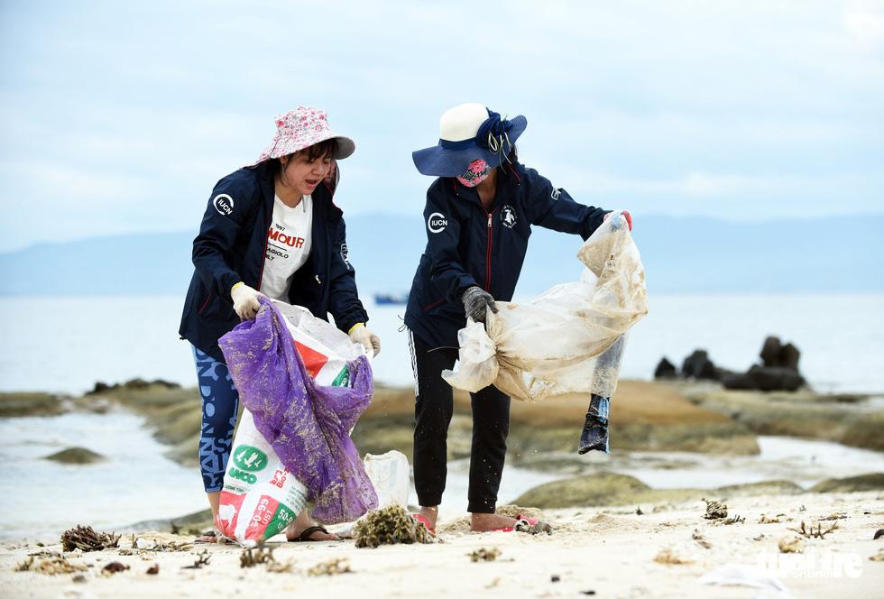 Người trẻ tình nguyện ra chăm chút từng góc đảo Hòn Cau - Ảnh 4.