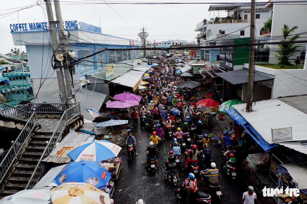 Phú Quốc nhiều nơi vẫn ngập sâu gần 2m dù mưa đã ngớt - Ảnh 11.