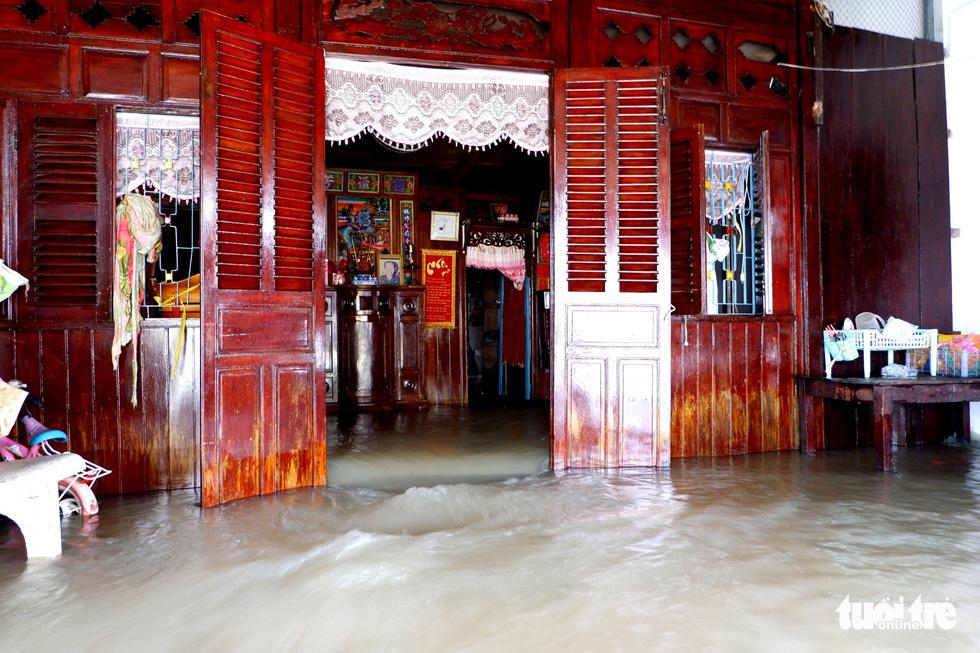 Phú Quốc nhiều nơi vẫn ngập sâu gần 2m dù mưa đã ngớt - Ảnh 3.