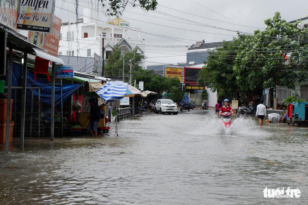 Phú Quốc nhiều nơi vẫn ngập sâu gần 2m dù mưa đã ngớt - Ảnh 4.