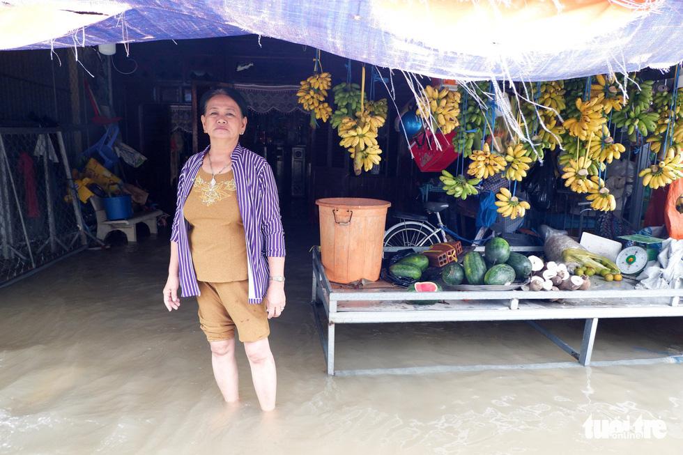 Phú Quốc nhiều nơi vẫn ngập sâu gần 2m dù mưa đã ngớt - Ảnh 2.