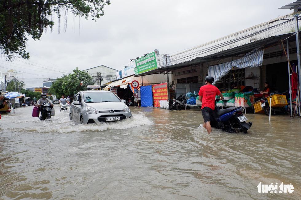 Phú Quốc nhiều nơi vẫn ngập sâu gần 2m dù mưa đã ngớt - Ảnh 1.