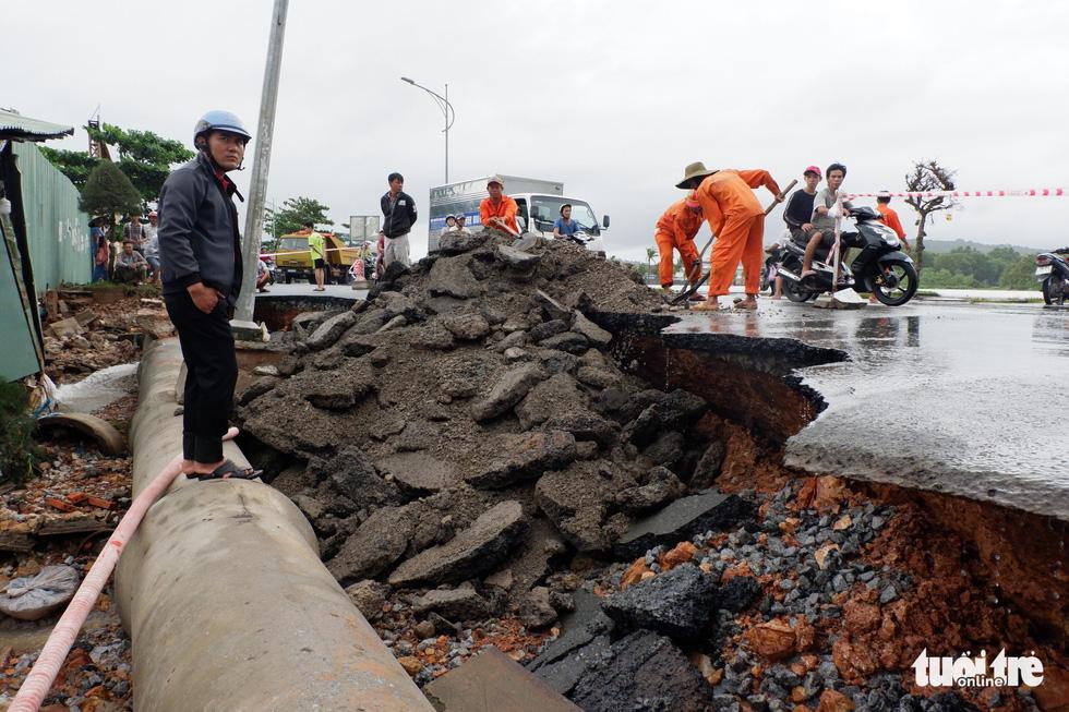 Phú Quốc nhiều nơi vẫn ngập sâu gần 2m dù mưa đã ngớt - Ảnh 10.