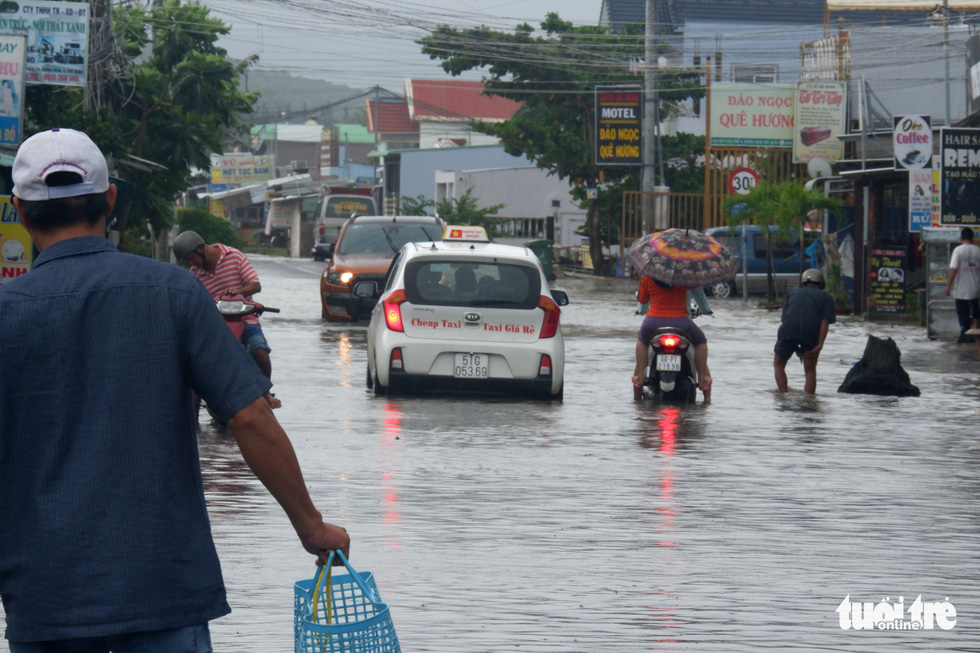 Phú Quốc nhiều nơi vẫn ngập sâu gần 2m dù mưa đã ngớt - Ảnh 5.