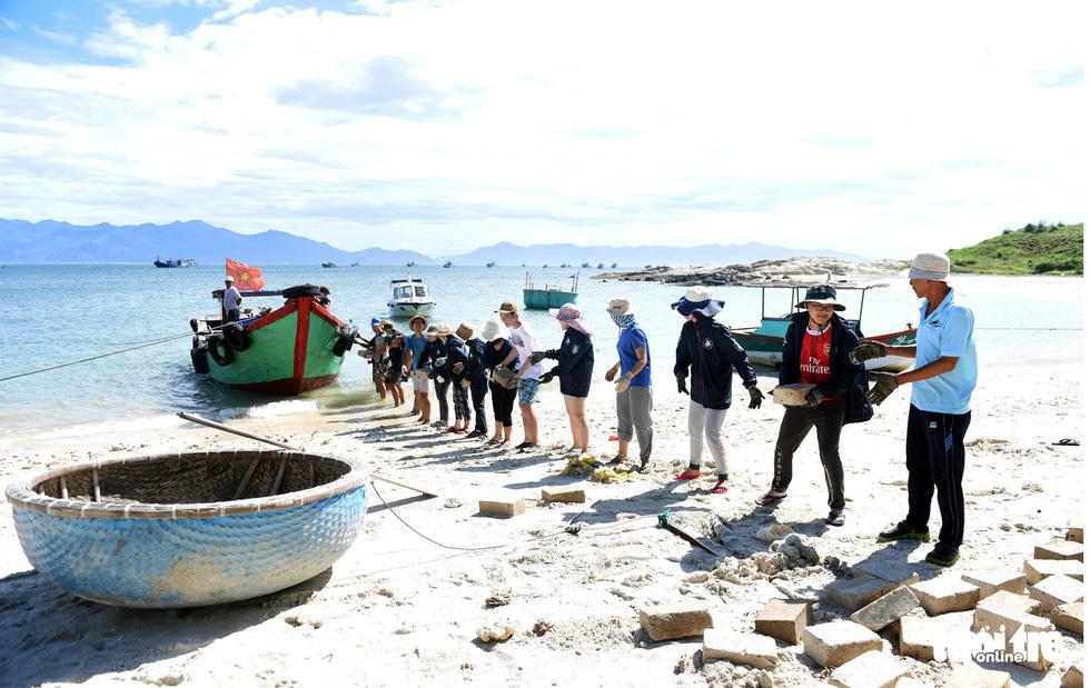 Người trẻ tình nguyện ra chăm chút từng góc đảo Hòn Cau - Ảnh 2.