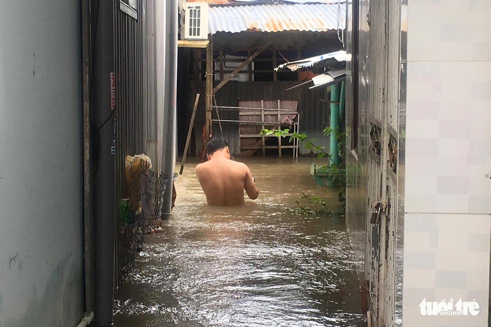 Phú Quốc nhiều nơi vẫn ngập sâu gần 2m dù mưa đã ngớt - Ảnh 7.