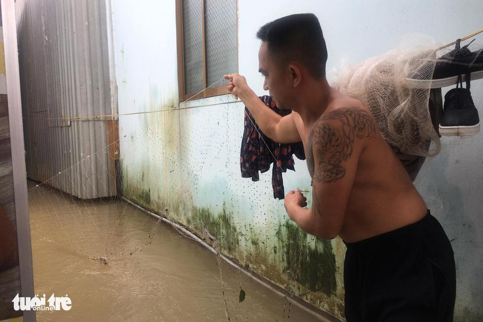 Phú Quốc nhiều nơi vẫn ngập sâu gần 2m dù mưa đã ngớt - Ảnh 8.