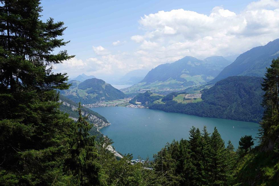 Phố cổ hun hút, sương mù và núi tuyết mùa hè châu Âu - Ảnh 16.