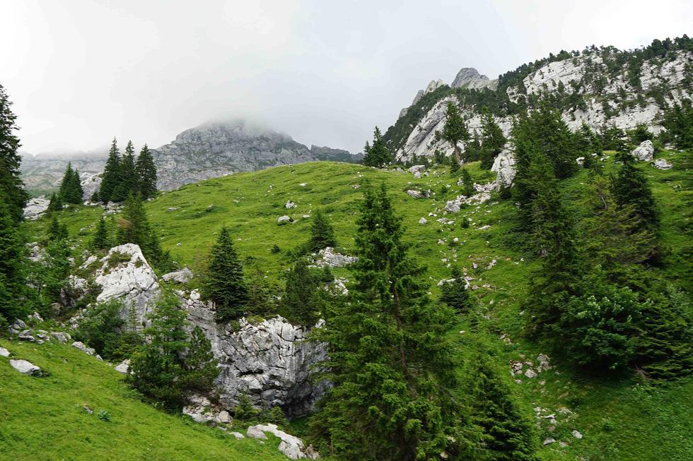 Phố cổ hun hút, sương mù và núi tuyết mùa hè châu Âu - Ảnh 17.