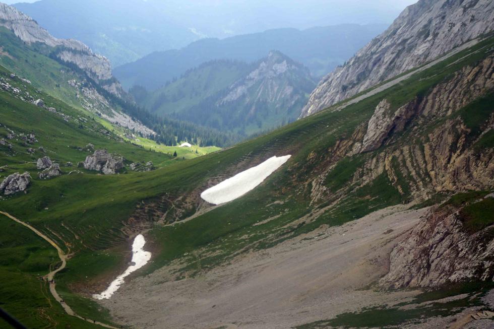 Phố cổ hun hút, sương mù và núi tuyết mùa hè châu Âu - Ảnh 18.