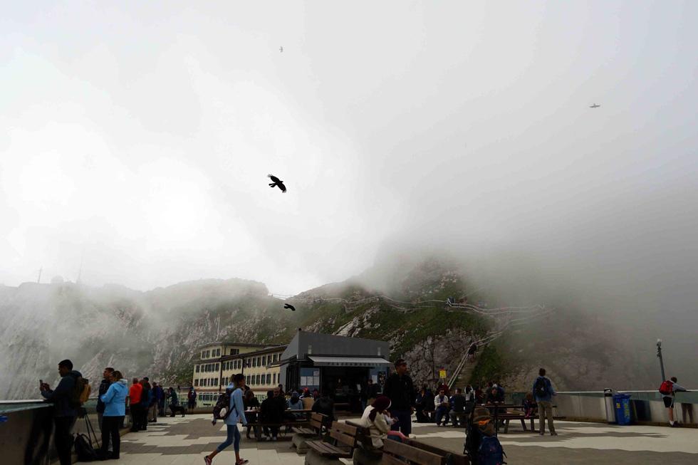Phố cổ hun hút, sương mù và núi tuyết mùa hè châu Âu - Ảnh 19.