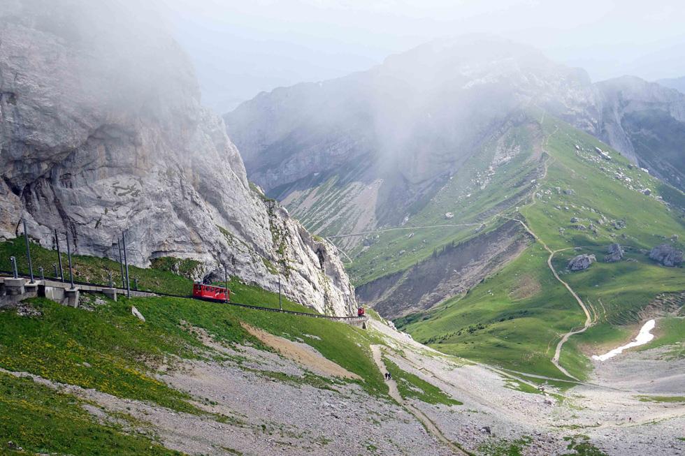 Phố cổ hun hút, sương mù và núi tuyết mùa hè châu Âu - Ảnh 20.