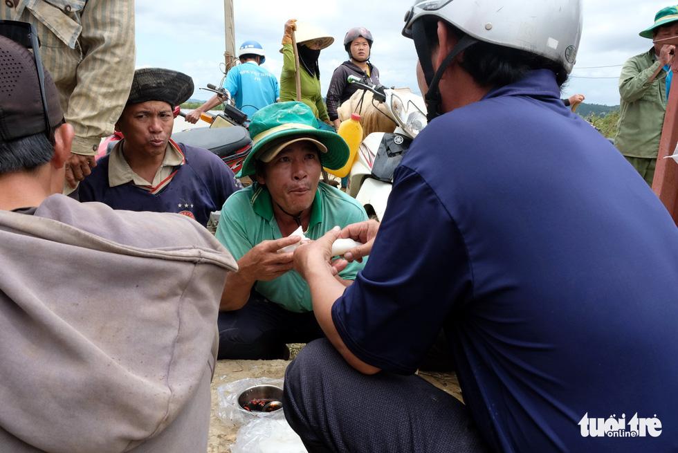 Cả làng đắp đê suốt 3 ngày đêm, cứu hơn 1.000ha lúa sắp thu hoạch - Ảnh 16.