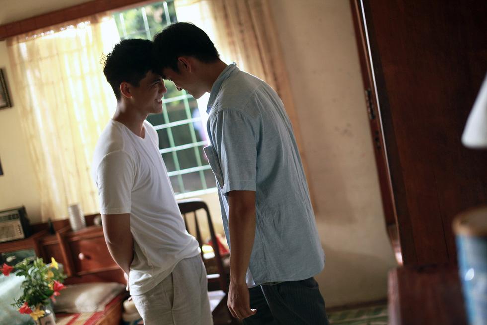Thưa mẹ con đi: Nụ hôn đồng giới bỏng cháy và tình mẫu tử ngọt lành - Ảnh 1.