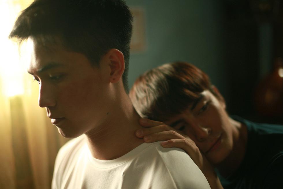 Thưa mẹ con đi: Nụ hôn đồng giới bỏng cháy và tình mẫu tử ngọt lành - Ảnh 3.