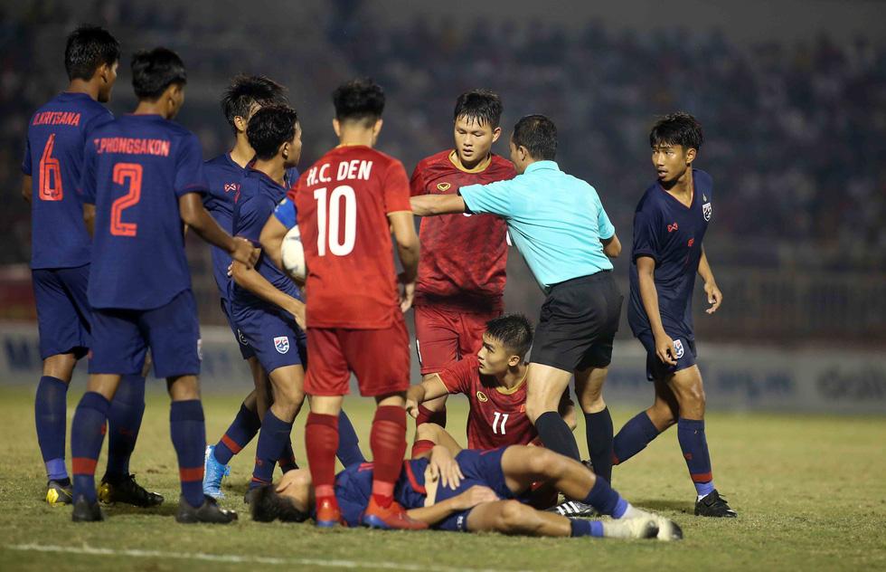 Những pha va chạm nảy lửa giữa U18 Việt Nam và Thái Lan - Ảnh 1.