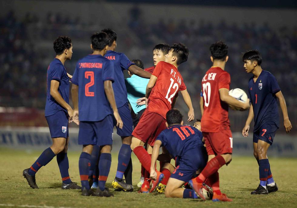 Những pha va chạm nảy lửa giữa U18 Việt Nam và Thái Lan - Ảnh 2.