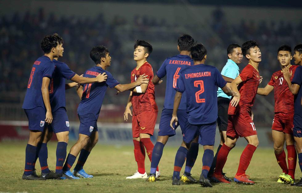 Những pha va chạm nảy lửa giữa U18 Việt Nam và Thái Lan - Ảnh 3.