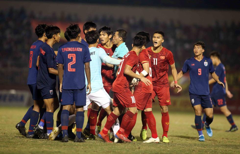 Những pha va chạm nảy lửa giữa U18 Việt Nam và Thái Lan - Ảnh 4.
