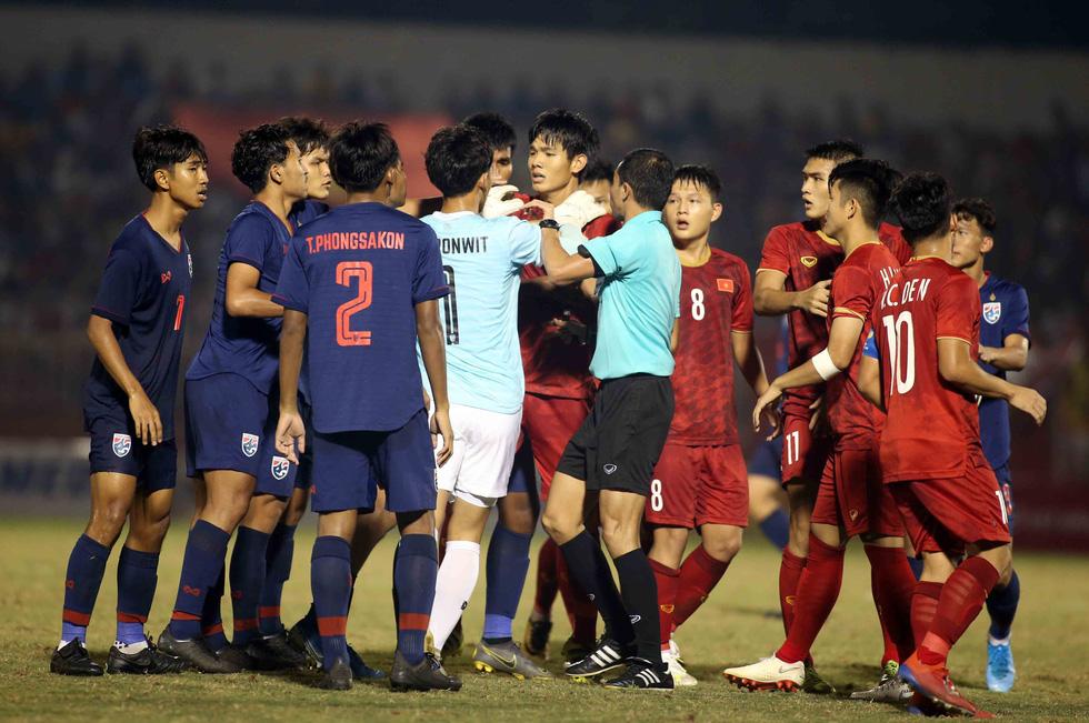 Những pha va chạm nảy lửa giữa U18 Việt Nam và Thái Lan - Ảnh 5.