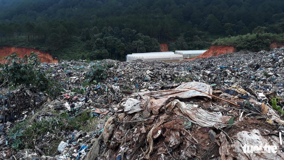 Núi rác Cam Ly đổ ập xuống thật đáng sợ - Ảnh 4.
