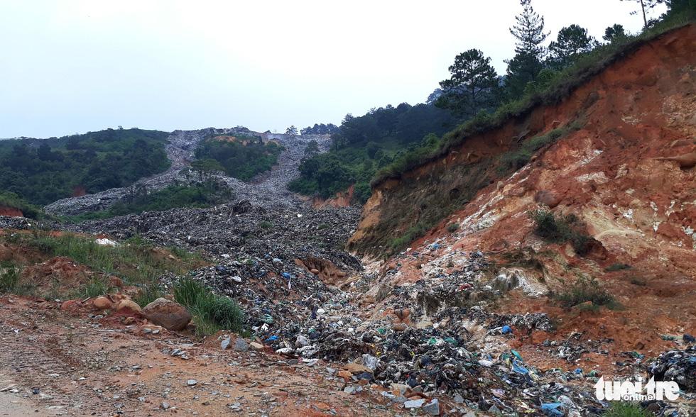 Núi rác Cam Ly đổ ập xuống thật đáng sợ - Ảnh 3.