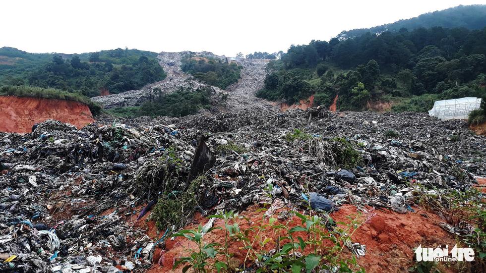 Núi rác Cam Ly đổ ập xuống thật đáng sợ - Ảnh 1.