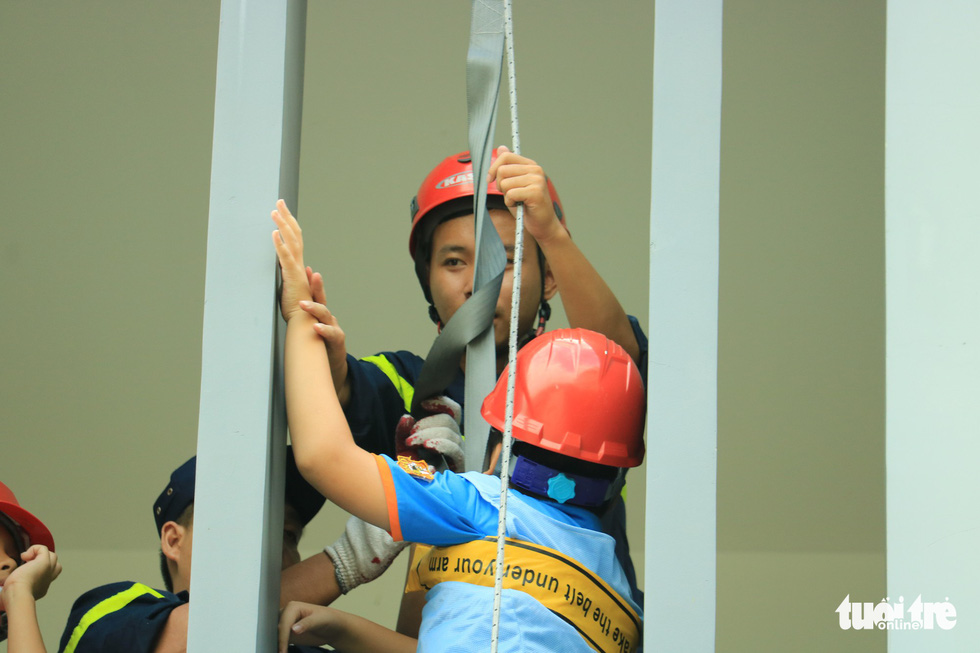 Khi trẻ em đu dây thoát hiểm hỏa hoạn như thật cùng cảnh sát - Ảnh 10.