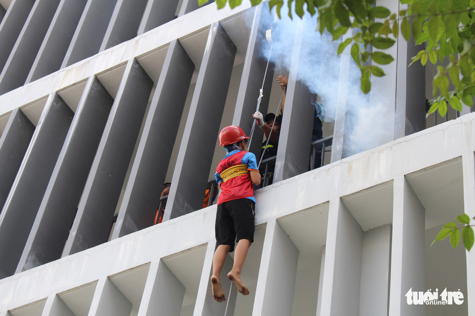 Khi trẻ em đu dây thoát hiểm hỏa hoạn như thật cùng cảnh sát - Ảnh 11.