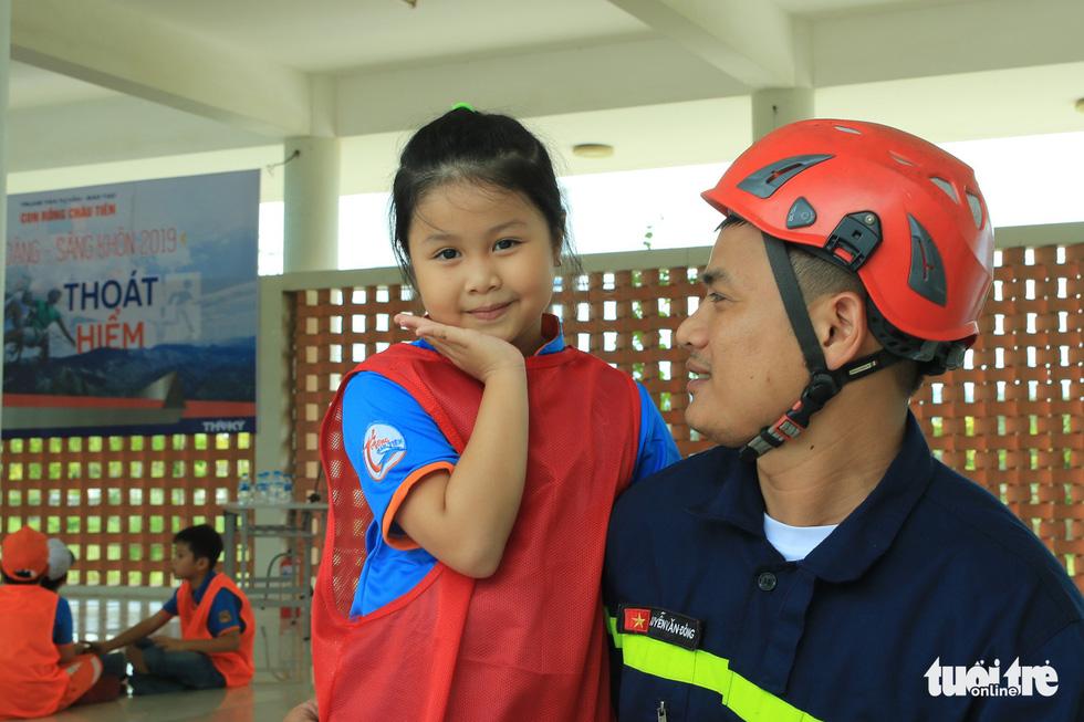Khi trẻ em đu dây thoát hiểm hỏa hoạn như thật cùng cảnh sát - Ảnh 16.