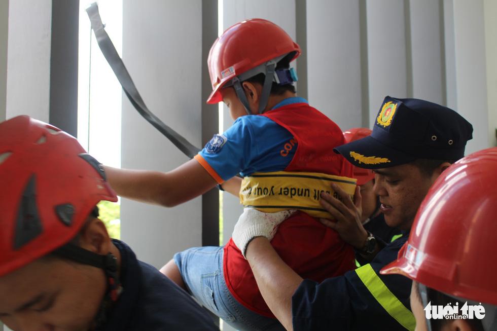Khi trẻ em đu dây thoát hiểm hỏa hoạn như thật cùng cảnh sát - Ảnh 8.