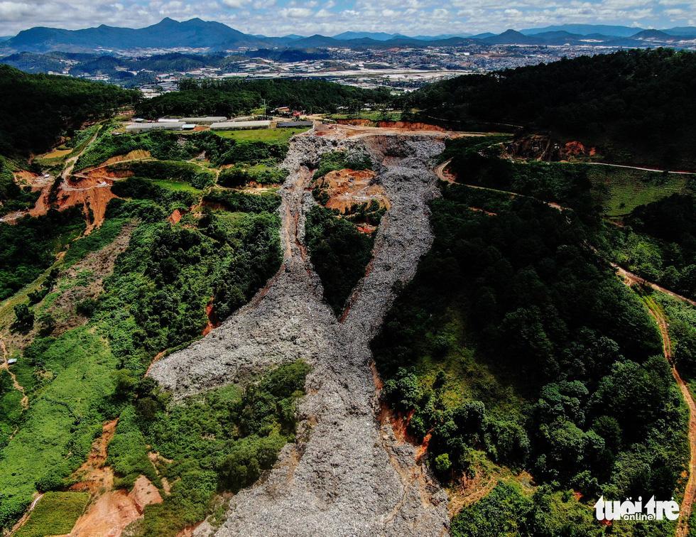 Núi rác Cam Ly hôi thối đổ xuống vườn dân cả tuần không được dọn - Ảnh 1.