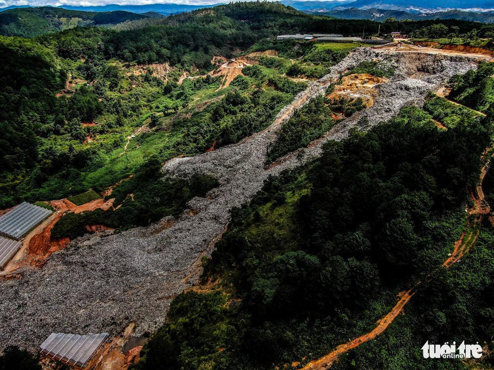Núi rác Cam Ly hôi thối đổ xuống vườn dân cả tuần không được dọn - Ảnh 2.