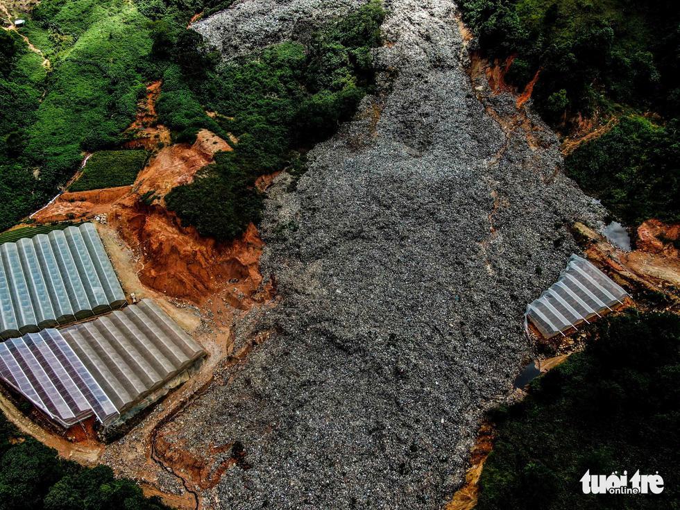 Núi rác Cam Ly hôi thối đổ xuống vườn dân cả tuần không được dọn - Ảnh 3.